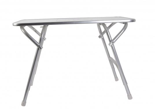 Stabil und schick! Der klappbare Deckstisch ist mit einer Tischplatte mit hochwertiger Melamin-Beschichtung und maritimem Dekor ausgestattet. (Bild 2 von 4)
