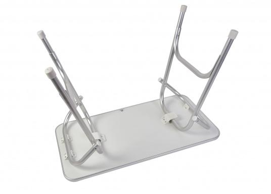 Stabil und schick! Der klappbare Deckstisch ist mit einer Tischplatte mit hochwertiger Melamin-Beschichtung und maritimem Dekor ausgestattet. (Bild 3 von 4)