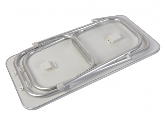 Stabil und schick! Der klappbare Deckstisch ist mit einer Tischplatte mit hochwertiger Melamin-Beschichtung und maritimem Dekor ausgestattet. (Bild 4 von 4)