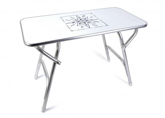 Stabil und schick! Der klappbare Deckstisch ist mit einer Tischplatte mit hochwertiger Melamin-Beschichtung und maritimem Dekor ausgestattet.