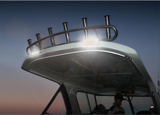 Der breitstrahlende, mit Präzisionsoptik ausgestattete LED Scheinwerfer eignet sich aufgrund derzwei schaltbaren Helligkeitsstufen besonders für den Einsatz im Nahbereich, in Cockpits und auf Deck. Er bietet eine beachtliche Lichtstärke bei sehr geringer Leistungsaufnahme.  (Bild 4 von 7)