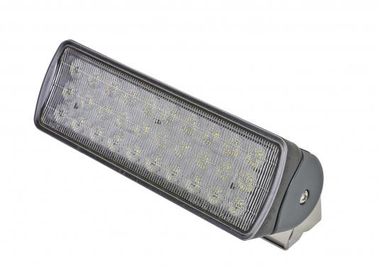 Der breitstrahlende, mit Präzisionsoptik ausgestattete LED Scheinwerfer eignet sich aufgrund derzwei schaltbaren Helligkeitsstufen besonders für den Einsatz im Nahbereich, in Cockpits und auf Deck. Er bietet eine beachtliche Lichtstärke bei sehr geringer Leistungsaufnahme.  (Bild 3 von 7)