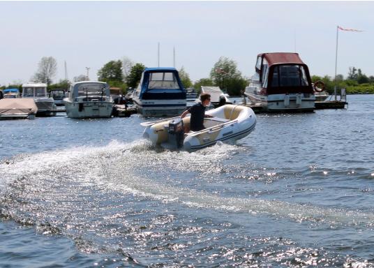 Das Set besteht aus dem SEATEC Schlauchboot AEROTEND 260 und dem Außenbordmotor Honda BF 2,3.  (Bild 9 von 9)