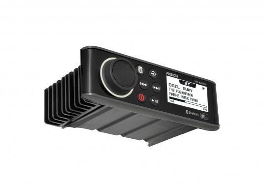 Das wasserfeste FUSION MS-RA70 verfügt über einen integriertes Bluetooth-Modul, über das die Musik vom Smartphone aus gestreamt werden kann. (Bild 2 von 5)