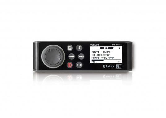 Das wasserfeste FUSION MS-RA70 verfügt über einen integriertes Bluetooth-Modul, über das die Musik vom Smartphone aus gestreamt werden kann. (Bild 3 von 5)
