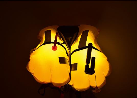 Diese blinkende LED-Leuchte beleuchtet die aufgeblasene Rettungswestenblase, um die Sichtbarkeit in einer Gefahrensituation bei Nacht zu erhöhen. (Bild 7 von 7)