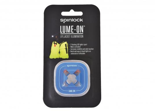 Diese blinkende LED-Leuchte beleuchtet die aufgeblasene Rettungswestenblase, um die Sichtbarkeit in einer Gefahrensituation bei Nacht zu erhöhen.