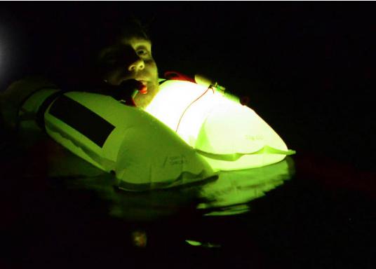 Diese blinkende LED-Leuchte beleuchtet die aufgeblasene Rettungswestenblase, um die Sichtbarkeit in einer Gefahrensituation bei Nacht zu erhöhen. (Bild 2 von 7)