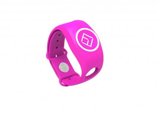 Jede Person, die mit Ihrem Boot fährt, kann einen eigenen drahtlosen Notschalter in einem Armband in der persönlichen Wunschfarbe tragen. Die WIMEA Boot-Einheit kann bis zu 20 MOB-Geräte verbinden, sodass jeder in der Familie beim Steuern sein eigenes MOB-Gerät verwenden kann.