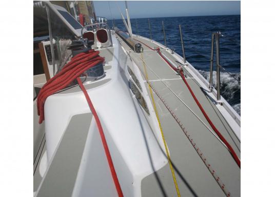 Rutschfester TBS-Decksbelag – eine widerstandsfähige Kombination, die elastisch ist und eine sichere Arbeitsfläche bietet, sowohl im trockenen als auch im nassen Zustand. Lieferbar in verschiedenen Farben. (Bild 5 von 5)