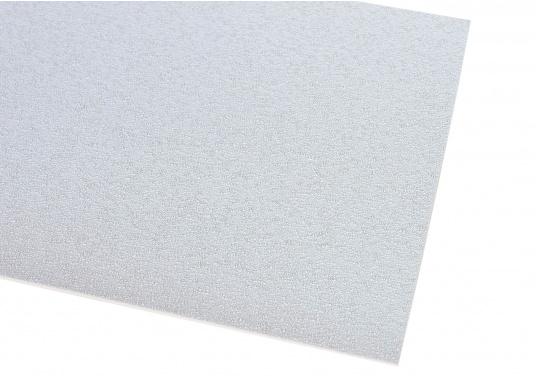 Rutschfester TBS-Decksbelag – eine widerstandsfähige Kombination, die elastisch ist und eine sichere Arbeitsfläche bietet, sowohl im trockenen als auch im nassen Zustand. Lieferbar in verschiedenen Farben.