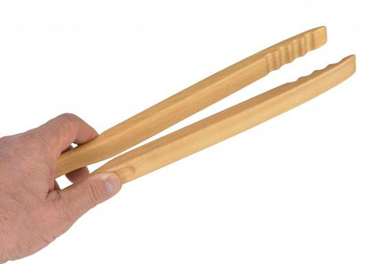 Vincitricidel premio Reddot Design,queste piccole pinze di legno di faggio realizzatea mano sono l'ideale per una grigliata o un piccolo barbecue.La loro forma ergonomica le rende molto semplici da maneggiare. Lunghezza: 46 cm.  (Immagine 4 di 7)
