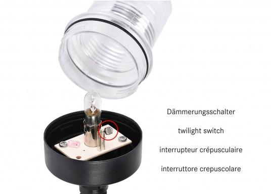 Vielseitig einsetzbare wasserdichteLampe mit integriertemDämmerungsschalter undspeziellenLinsenfür große seitlicheLeuchtweite sowie zur Flächenbeleuchtung unterhalb der Lampe. Einfacher Anschluss über4,5 m hochflexiblesAnschlusskabel mit Stecker undSicherung. Ideal als Ankerlicht zum Vorheißen geeignet. Lieferung inklusive Leuchtmittel und Montagematerial. (Bild 3 von 7)