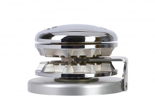 Das Model RIDER wird mit einer runden Basis aus eloxiertem Aluminium geliefert. Durch die runde Basisplatte lässt sich die RIDER wahlweise an Backbord oder Steuerbord montieren.