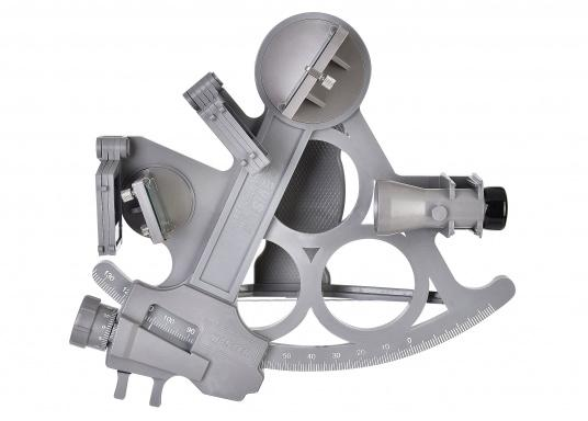 The first full-sight sextant by DAVIS. Reliable and time-tested, made of fiberglass-reinforced plastic with a 178 mm scale, 7 solar filters, 3x magnification and carrying case. LED illumination also included. Color: gray.