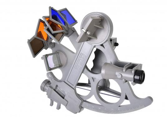The first full-sight sextant by DAVIS. Reliable and time-tested, made of fiberglass-reinforced plastic with a 178 mm scale, 7 solar filters, 3x magnification and carrying case. LED illumination also included. Color: gray. (Image 5 of 7)