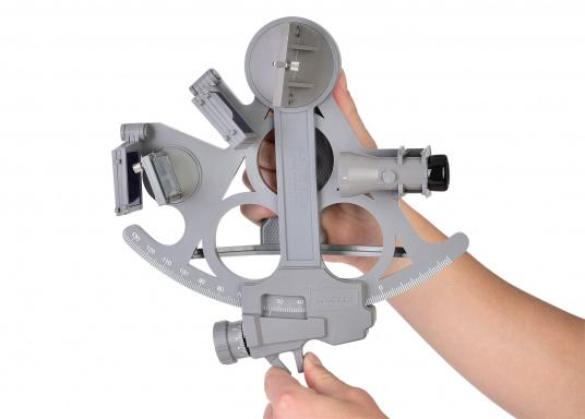 The first full-sight sextant by DAVIS. Reliable and time-tested, made of fiberglass-reinforced plastic with a 178 mm scale, 7 solar filters, 3x magnification and carrying case. LED illumination also included. Color: gray. (Image 3 of 7)