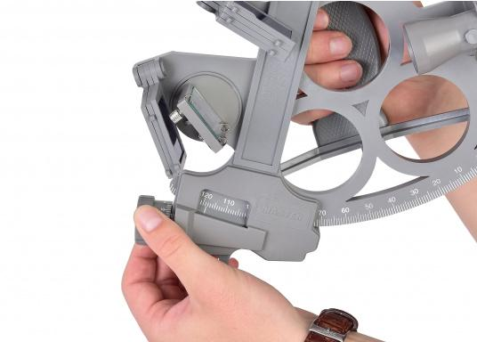 The first full-sight sextant by DAVIS. Reliable and time-tested, made of fiberglass-reinforced plastic with a 178 mm scale, 7 solar filters, 3x magnification and carrying case. LED illumination also included. Color: gray. (Image 4 of 7)