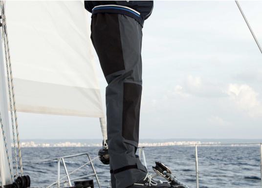 Die SEATEC COASTAL CS2 Hose ist eine leichte, wasserdichte und atmungsaktive Hose für den Motorbootfahrer und Segler. Passend zur SEATEC COASTAL CS2 Jacke wird sie im klassischen Unisex-Look mit angenehm weichem 2-Lagen-Nylon-Material und MPU-Beschichtung allen Ansprüchen gerecht. (Bild 2 von 12)