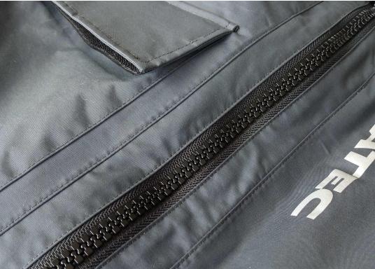 Die SEATEC COASTAL CS2 Hose ist eine leichte, wasserdichte und atmungsaktive Hose für den Motorbootfahrer und Segler. Passend zur SEATEC COASTAL CS2 Jacke wird sie im klassischen Unisex-Look mit angenehm weichem 2-Lagen-Nylon-Material und MPU-Beschichtung allen Ansprüchen gerecht. (Bild 10 von 12)