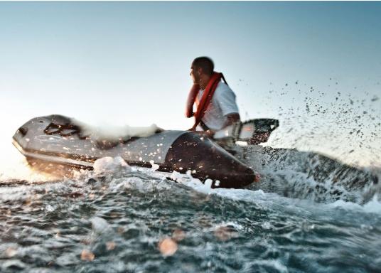 Die neue Generation des Torqeedo CRUISE 4.0 wurde für die schwierigen Herausforderungen der täglichen Nutzung entwickelt - bereit, um es mit den härtesten Umweltbedingungen aufzunehmen, beispielsweise mit Dinghies oder Segelboote bis zu 4 Tonnen. (Bild 5 von 9)