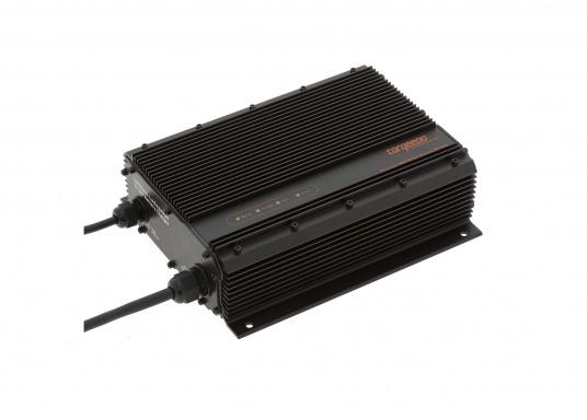 Das Torqeedo Ladegerät lädt die Power 26-104 in maximal 11 Stunden von 0 auf 100 %. Wasserdicht gem. IP65. Ladestrom 10 A.