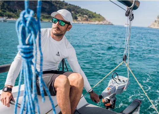 Mann auf Segelboot mit Torqeedo Motor