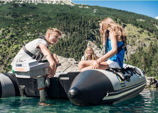 Der Torqeedo TRAVEL 1003 CL wird mit über 1000 Watt Eingangsleistung angeboten und ist in der Vortriebsleistung mit einem 3PS Benzin - Außenborder vergleichbar. (Bild 15 von 18)