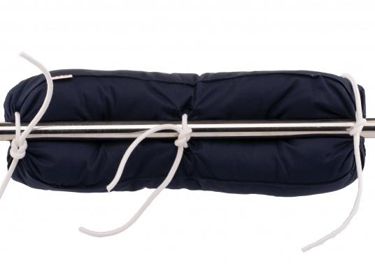 Diese Relingsrolle mit echter Kapok-Naturfaser-Füllung sorgt für komfortables Sitzen an Bord! Zur einfachen Befestigung und Höhenverstellung verfügt die Nackenrolle an der Rückseite über drei Bänder. (Bild 4 von 4)