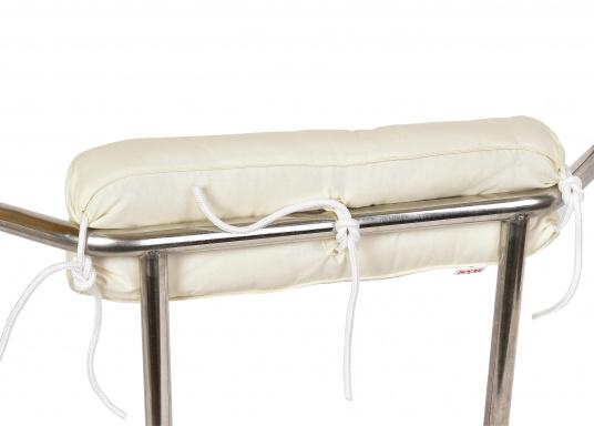 Diese Relingsrolle mit echter Kapok-Naturfaser-Füllung sorgt für komfortables Sitzen an Bord! Zur einfachen Befestigung und Höhenverstellung verfügt die Nackenrolle an der Rückseite über drei Bänder. (Bild 6 von 7)