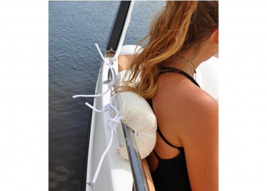 Diese Relingsrolle mit echter Kapok-Naturfaser-Füllung sorgt für komfortables Sitzen an Bord! Zur einfachen Befestigung und Höhenverstellung verfügt die Nackenrolle an der Rückseite über drei Bänder. (Bild 4 von 7)