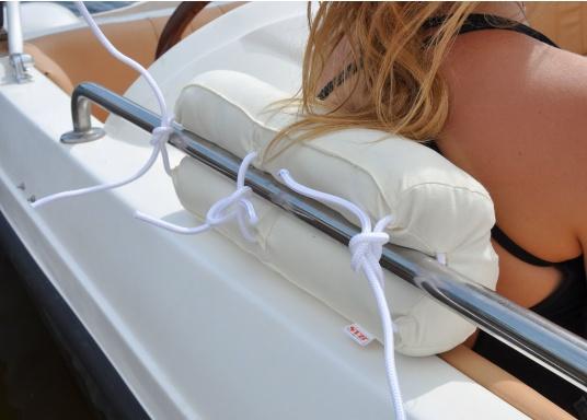 Coussin de filière en kapok natureléquipé de trois attaches amovibles pour une fixation rapide et réglable en hauteur. (Image 3 de 7)