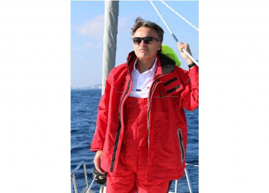 Hochwertige und komfortableCoastalWetter- und Wassersportbekleidung für den aktiven Wassersportler. Jacke und Hose in Rot, lieferbar in den Größen: S-XXL.  (Bild 3 von 5)