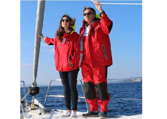 Hochwertige und komfortableCoastalWetter- und Wassersportbekleidung für den aktiven Wassersportler. Jacke und Hose in Rot, lieferbar in den Größen: S-XXL.  (Bild 4 von 5)