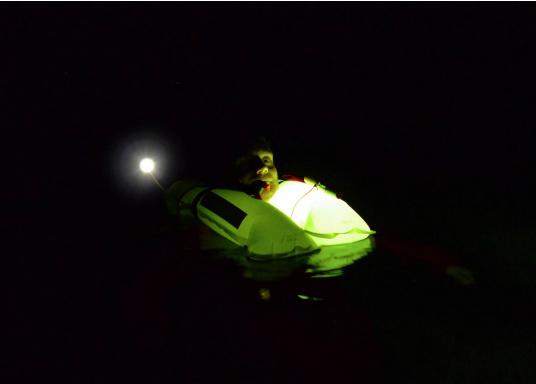 Kompaktes Licht für Rettungswesten, das für eine gute Sichtbarkeit im Notfall sorgt. Das PYLON LIGHT ist leicht anzubringen und kann platzsparend verstaut werden. (Bild 2 von 4)