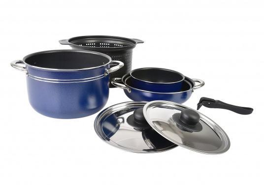 Neunteiliges Kochtopfset, hergestellt aus reinem Aluminium 99,5 % mit nahrungsmittelechter Antihaftbeschichtung. Die Töpfe lassen sich alle ineinander stellen und sind daher gerade für die beengten Platzverhältnisse an Bord bestens geeignet. (Bild 2 von 5)