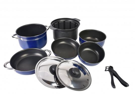 Neunteiliges Kochtopfset, hergestellt aus reinem Aluminium 99,5 % mit nahrungsmittelechter Antihaftbeschichtung. Die Töpfe lassen sich alle ineinander stellen und sind daher gerade für die beengten Platzverhältnisse an Bord bestens geeignet.