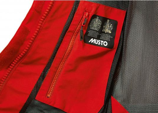 Die Jacke, die dem Offshore-Segler wirklich entspricht. Mit hochstellbarem Kragen und einer Kapuze, die völlig verschließbar ist. MPX GORETEX ® steht für das beste Material für den anspruchsvollen Segler. (Bild 6 von 6)