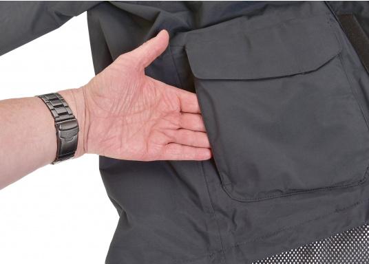 Entwickelt für den Segler, der Schnitt erlaubt Bewegungsfreiheit, das Material bietet Atmungsaktivität und die reflektierenden Details halten Sie sichtbar bei schlechten Lichtverhältnissen. (Bild 5 von 7)