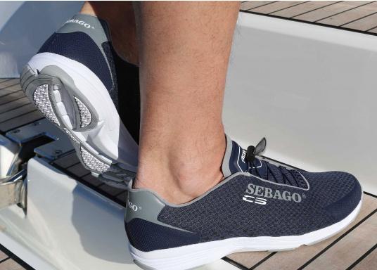 Seit 1970 werden SEBAGO Hochleistung-Segelschuhe von den führenden Teams im Segelsport getragen. Der CYPHON SEA SPORT tritt das Erbe dieser Generationen an und vereint die dort gewonnene Erfahrung mit den technischen Möglichkeiten der Gegenwart. (Bild 4 von 4)