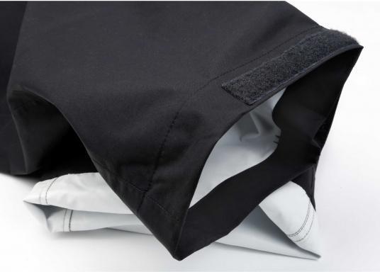 Résistant, imperméable et respirant. Ce pantalon totalement étanche offre une excellente protection contre le vent et l'eau. Conçu pour une utilisation dans des conditions rudes et humides, en mer. Ce pantalon a des poches matelassées, du matelassage supplémentaire peut être ajouté optionnellement. (Image 2 de 5)