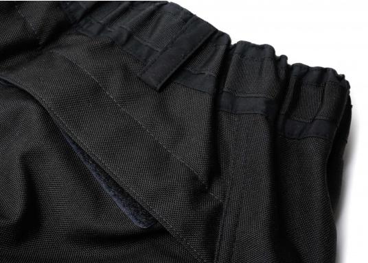 Résistant, imperméable et respirant. Ce pantalon totalement étanche offre une excellente protection contre le vent et l'eau. Conçu pour une utilisation dans des conditions rudes et humides, en mer. Ce pantalon a des poches matelassées, du matelassage supplémentaire peut être ajouté optionnellement. (Image 4 de 5)