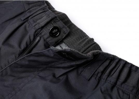 Résistant, imperméable et respirant. Ce pantalon totalement étanche offre une excellente protection contre le vent et l'eau. Conçu pour une utilisation dans des conditions rudes et humides, en mer. Ce pantalon a des poches matelassées, du matelassage supplémentaire peut être ajouté optionnellement. (Image 5 de 5)