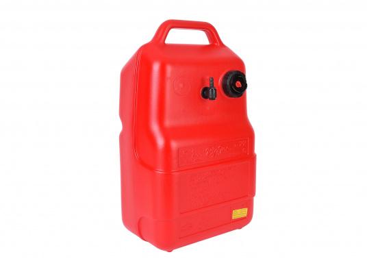 Stabiler, aus widerstandsfähigem Kunststoff gefertigter Benzintank für Außenborder mit 22 Liter Volumen. Schlauchanschluss: 10 mm. Tank Abmessungen inkl. Tragegriff.