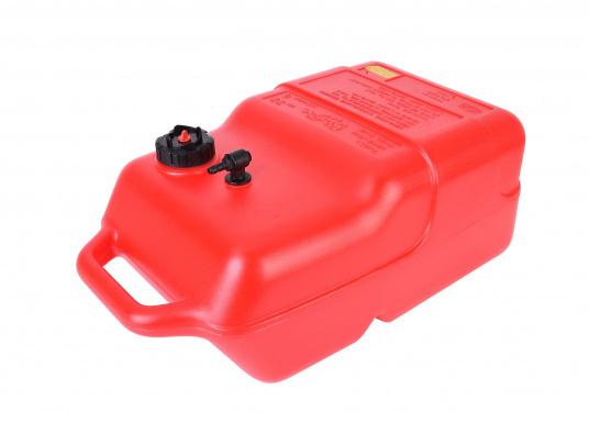 Stabiler, aus widerstandsfähigem Kunststoff gefertigter Benzintank für Außenborder mit 22 Liter Volumen. Schlauchanschluss: 10 mm. Tank Abmessungen inkl. Tragegriff. (Bild 2 von 4)