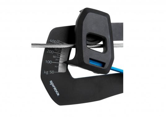 Mechanisches Wantenspannungsmessgerät von spinlock. Einfach an das stehende Gut angebracht, misst der RIG-SENSE, wie viel Kilo Spannung sich auf Draht oder Tauwerk befinden. (Bild 7 von 15)