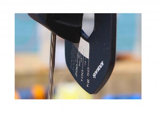 Mechanisches Wantenspannungsmessgerät von spinlock. Einfach an das stehende Gut angebracht, misst der RIG-SENSE, wie viel Kilo Spannung sich auf Draht oder Tauwerk befinden. (Bild 12 von 15)