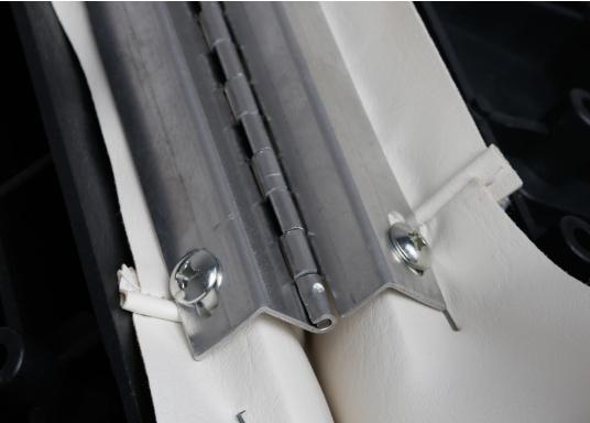 Back-To-Back Sitzbank mit Kunstlederbezug für zwei Personen mit Kunststoff-Aufbaurahmen. Die Sitzfläche lässt sich zu einer Liegefläche mit einer Länge von 166 cm ausklappen. (Bild 11 von 14)