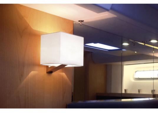 Formschöne Wandleuchte mit satinierter Edelstahl-Halterung. Der viereckige Stofflampenschirm sorgt für ein angenehmes Licht im Raum. Mit Ein-/Aus-Schalter.Betriebsspannung: 12 V. (Bild 3 von 3)