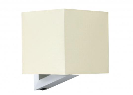 Formschöne Wandleuchte mit satinierter Edelstahl-Halterung. Der viereckige Stofflampenschirm sorgt für ein angenehmes Licht im Raum. Mit Ein-/Aus-Schalter.Betriebsspannung: 12 V.